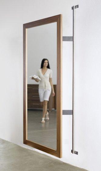 Moderner wandspiegel im hochwertigen nussbaum holzrahmen for Spiegel schuhschrank drehbar